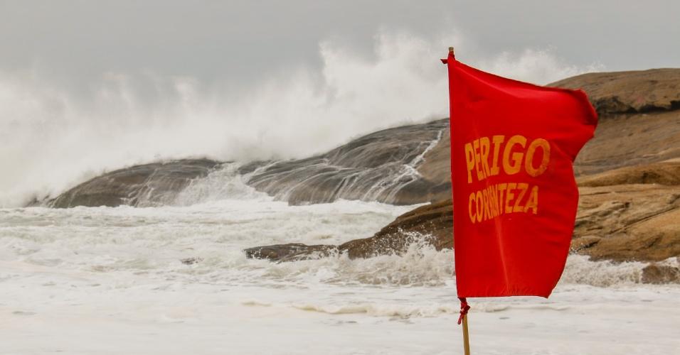 12.ago.2017 - Ressaca no Rio de Janeiro pode ter ondas de até 3,5 metros