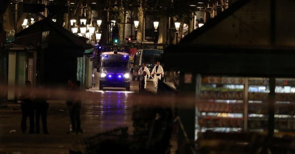 17.ago.2017 - Autoridades socorrem as vítimas nas Ramblas --um calçadão de pedestres e importante ponto turístico de Barcelona, na Espanha-- após um ataque terrorista que deixou mortos e centenas de feridos