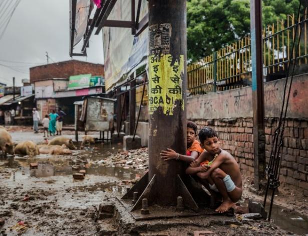 A falta de banheiros na Índia obriga crianças a defecarem na rua