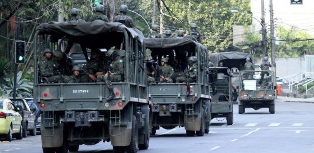 29.set.2017 - Forças Armadas deixam a Rocinha após uma semana na favela, em meio a uma guerra entre facções rivais