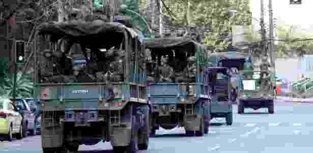 Soldados deixam a Rocinha, no Rio de Janeiro, após uma semana na comunidade (29.set.2017) - Jose Lucena/Futura Press/Estadão Conteúdo