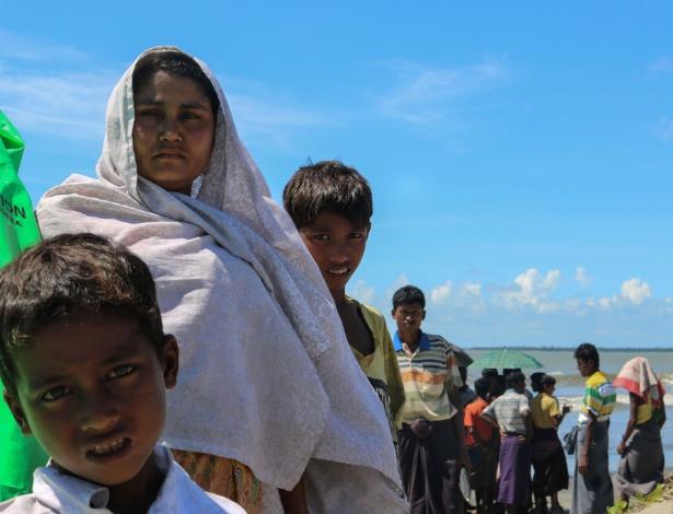 Família rohingya aguarda para cruzar o rio que faz fronteira de Mianmar com Bangladesh