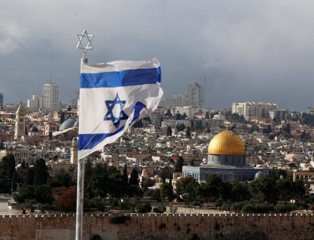 Bandeira israelense é vista perto do Domo da Rocha, localizado na Cidade Velha de Jerusalém