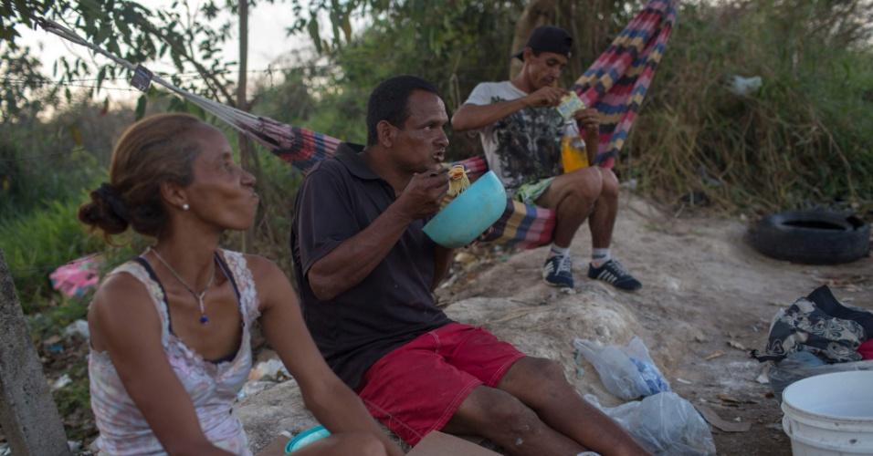 27.fev.2018 - Refugiados venezuelano comem perto de Pacaraima, em Roraima
