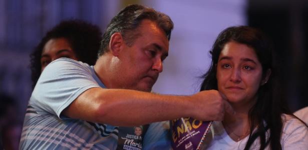 20.mar.2018 - Ágatha Arnaus Reis, mulher do motorista Anderson Gomes, se emociona durante ato na Candelária