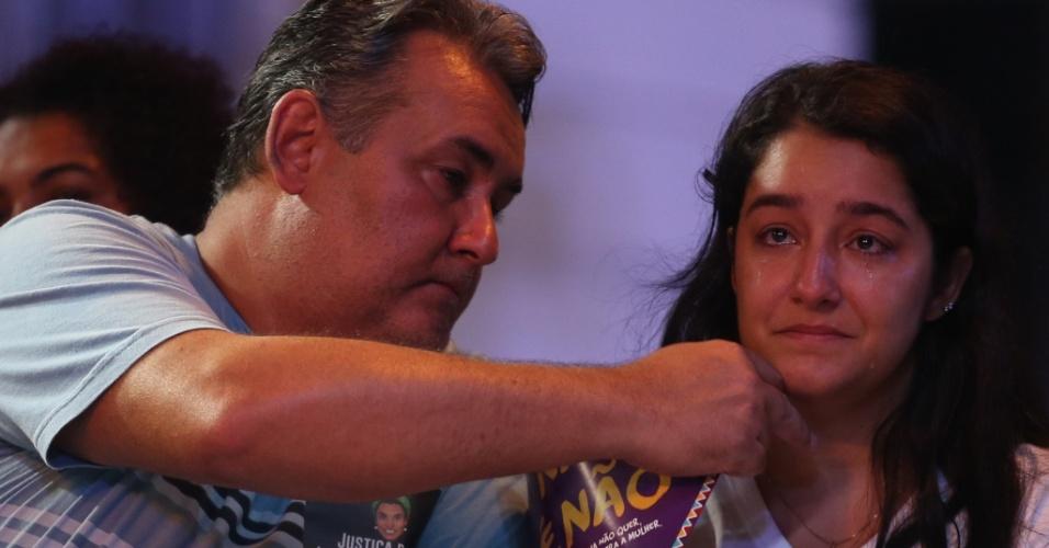 20.mar.2018 - Ágatha Arnaus Reis, mulher do motorista Anderson Gomes, se emociona durante ato na Candelária, região central do Rio de Janeiro, que marca o sétimo dia de morte do marido e da vereadora Marielle Franco (PSOL)