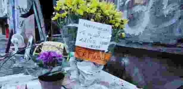 Vasos de flores colocados em um dos pontos da Rocinha para homenagear os mortos do tiroteio do dia 21 - José Lucena/Estadão Conteúdo