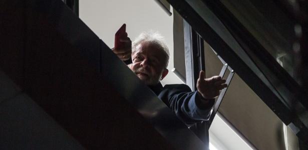 Lula acena para simpatizantes do Sindicato dos Metalúrgicos, em São Bernardo, após sua prisão ter sido decretada por Moro