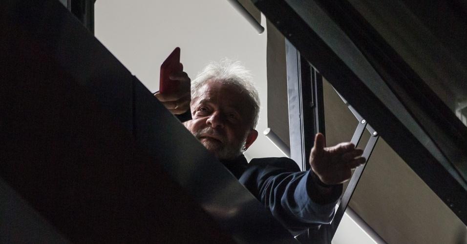 O ex-presidente Lula acena para simpatizantes do Sindicato dos Metalúrgicos, em São Bernardo do Campo, após sua prisão ter sido decratada pelo juiz Sérgio Moro