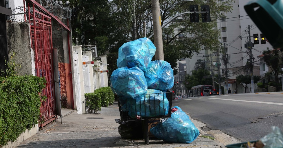 Lixo acumulado e caçambas de entulho cheias são vistos por diversas regiões de São Paulo por conta da greve