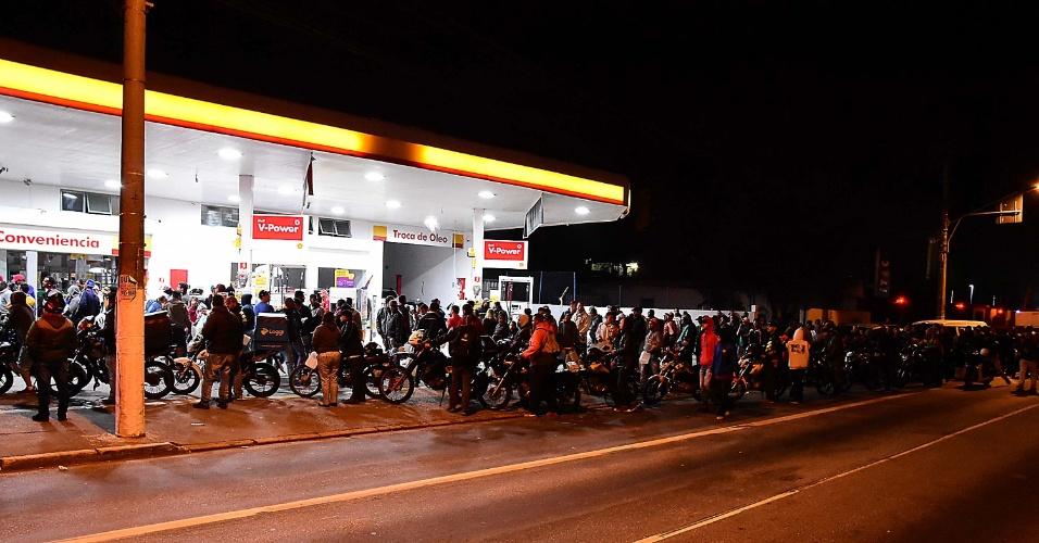 Pessoas aguardam na fila em posto de combustível na avenida Eliseu de Almeida, próximo ao Parque Chácara do Jockey, na Vila Sônia, em São Paulo, na noite desta segunda-feira (28)