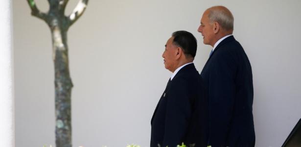 1º.jun.2018- O enviado norte-coreano Kim Yong Chol caminha com o chefe da Casa Branca, John Kelly, para entregar uma carta ao presidente americano Donald Trump
