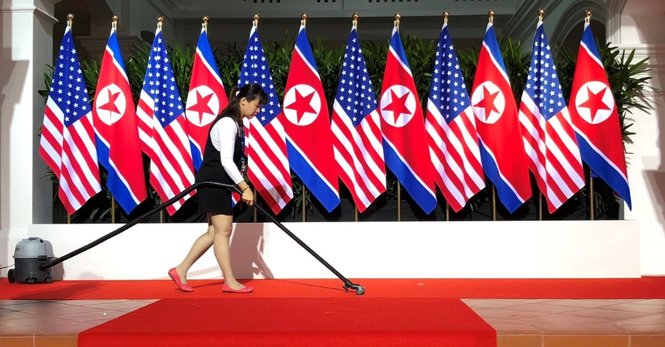 11.jun.2018 - Mulher limpa palco no Hotel Capella, na ilha de Sentosa, em Singapura, onde o presidente dos EUA, Donald Trump, e o líder da Coreia do Norte, Kim Jong-un, vão se encontrar pela primeira vez