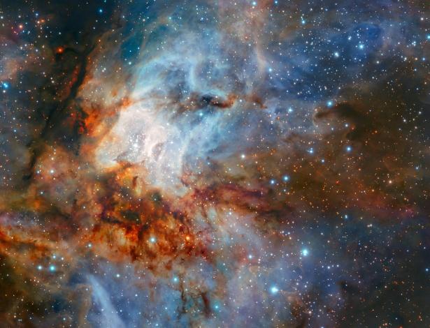 Foto mostra o aglomerado de estrelas RCW 38 e suas nuvens de gás brilhantes