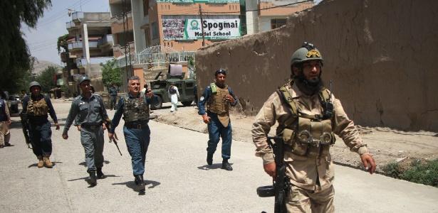 Equipes de segurança chegam a local onde ocorreu uma explosão na cidade de Jalalabad - Saifurahman Safi/Xinhua