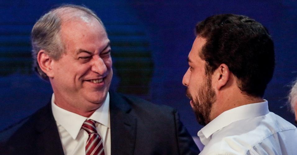 9.ago.2018 - Ciro Gomes e Guilherme Boulos se cumprimentam durante debate na Band