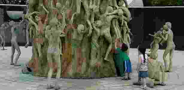 'Quando olhava para esta foto, via Noah brincando. Agora o vejo tornando-se parte da escultura', escreveu Leonard Pozner. Na imagem registrada em abril de 2010, Noah está com a irmã gêmea - Arquivo pessoal  - Arquivo pessoal