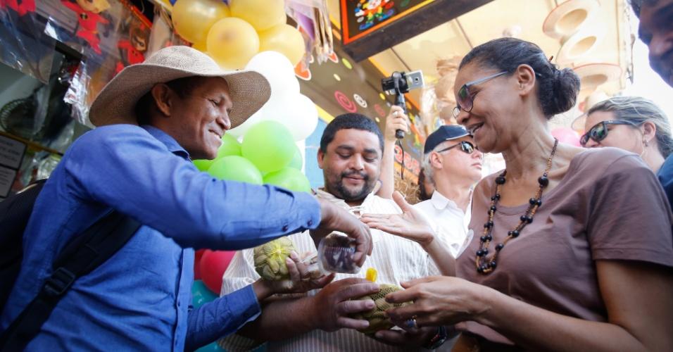 14.set.2018 - A candidata Marina Silva (Rede) faz caminhada no Mercado Norte, em Taguatinga (DF)