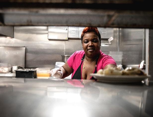 02.out.2018 - Lovetta Green trabalha na cozinha do restaurante Dale's em Southaven