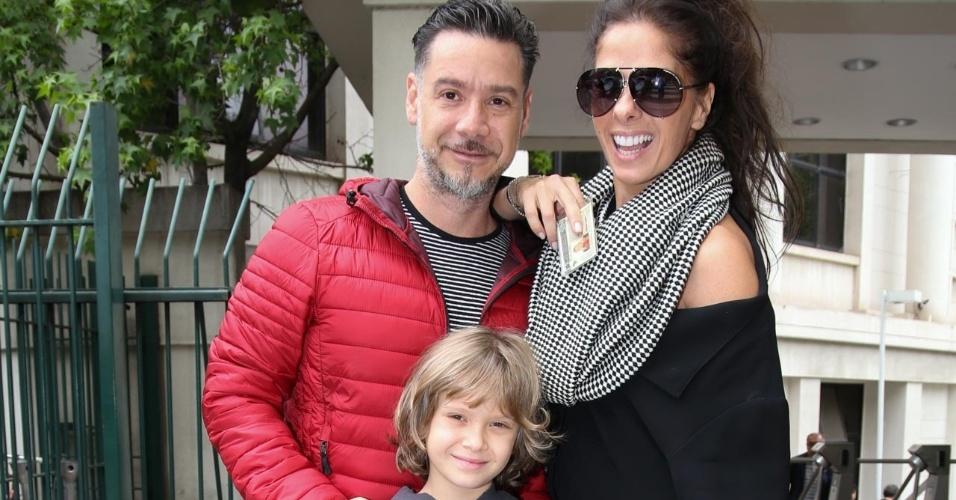 28.out.2018 - Adriane Galisteu com o marido, Alexandre Iodice, e o filho, Vittório, vota na Faap (Fundação Armando Alvares Penteado), durante o segundo turno da eleição presidencial