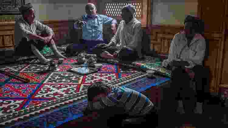 Homens da etnia uigur conversam em uma casa de chá, ao sul de Xinjiang, na China - Bryan Denton/The New York Times - Bryan Denton/The New York Times