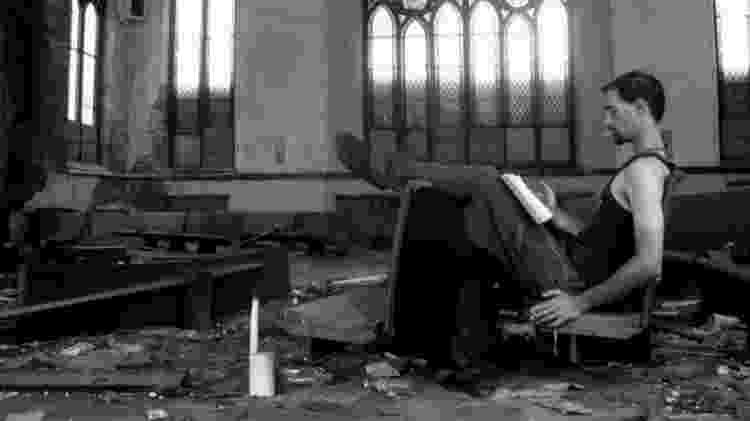 Um dos participantes da pesquisa, morador dos EUA, entrevistado por Jonathan Lanman. Ele é ateu e foi fotografado em uma igreja abandonada em St. Louis, Missouri - Christina Stephens/BBC - Christina Stephens/BBC