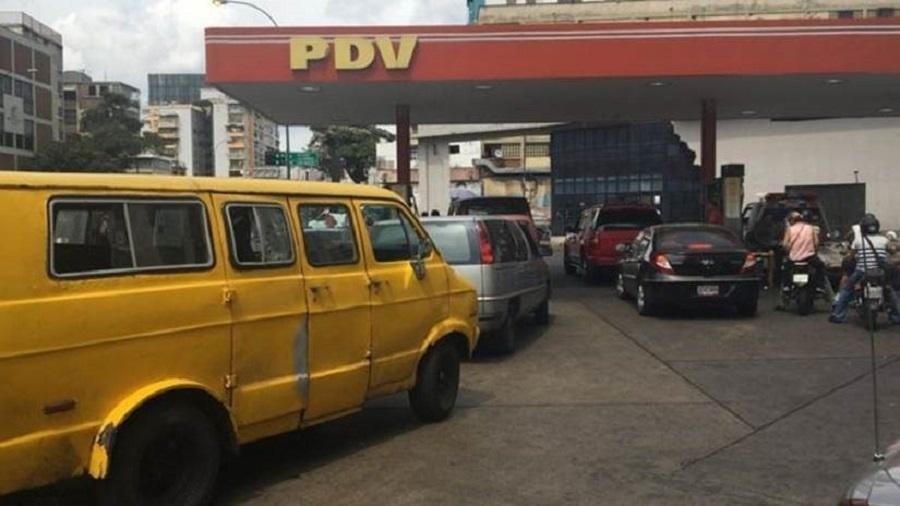 Muitos motoristas não pagam pelo combustível neste posto de gasolina em Caracas - BBC