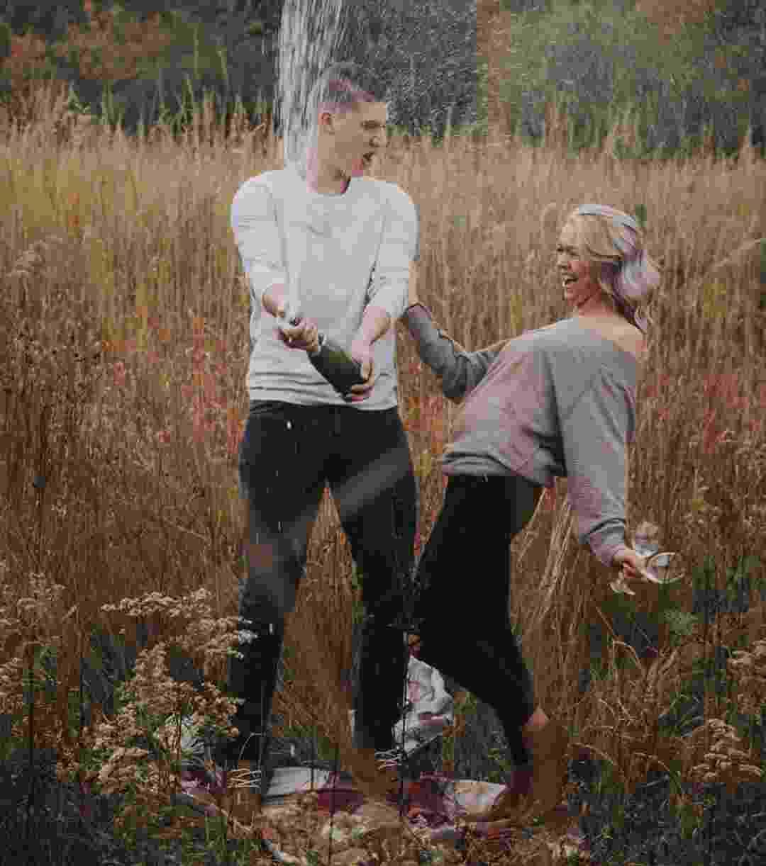 Alyssa Snodsmith e Collin Hewett tentaram uma foto romântico, mas erro viralizou na web - Reprodução/Instagram