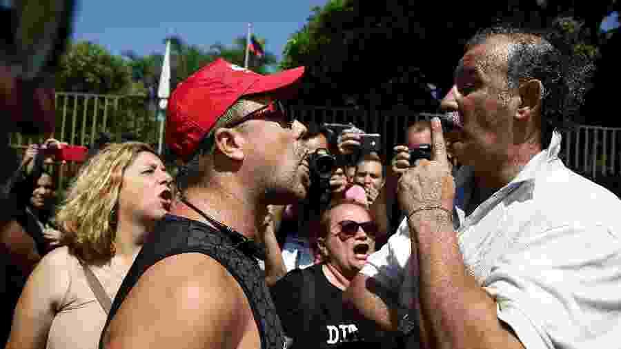 13.nov.2019 - Um apoiador de Guaidó (alto, de bigode e camisa branca) discute com militantes defensores de Maduro; embaixada da Venezuela em Brasília foi invadida - Pedro Ladeira/Folhapress