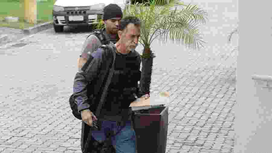 Agentes da Polícia Civil realizam a Operação Saccularius, no Rio de Janeiro, nesta quinta-feira, com o objetivo de desarticular uma organização criminosa que atuava em todo o estado subtraindo e adulterando combustíveis - José Lucena/Futura Press/Estadão Conteúdo
