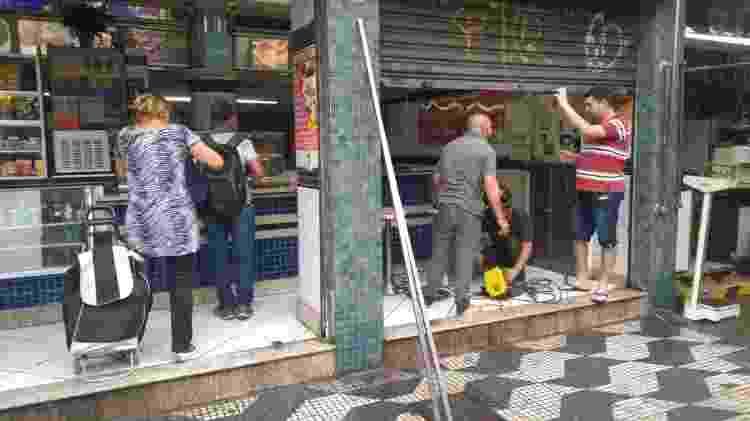 16.jan.2020 - Bar de Raimundo Maia foi atingido pela chuva em 16 de janeiro - Cleber Souza/UOL - Cleber Souza/UOL