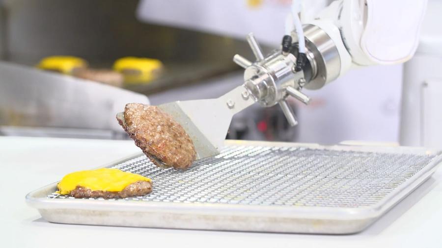 Flippy mostra que sabe fritar um hambúrguer tão bem quanto qualquer humano - Divulgação