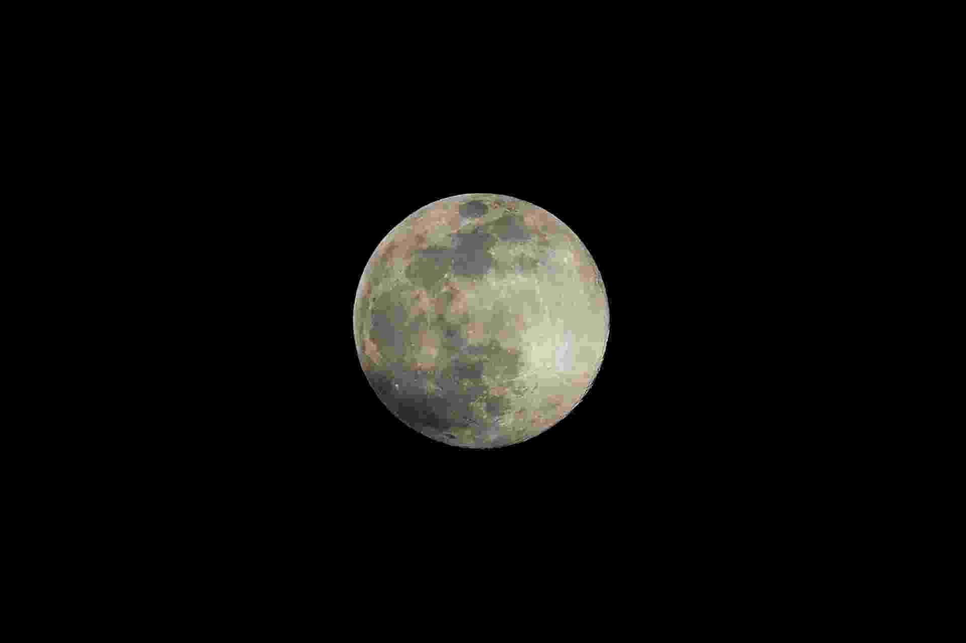 """A """"superlua"""", uma das maiores luas cheias do ano, brilha no céu em Ronda, em 7 de abril de 2020. - Uma superlua ocorre quando a lua cheia coincide com seu perigeu, que é a sua aproximação mais próxima à Terra. - JORGE GUERRERO/AFP"""
