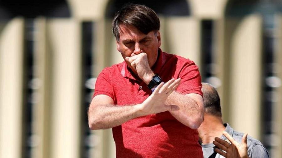 Bolsonaro tosse durante ato em favor do golpe militar, no dia 19 de abril - Foto: Sérgio Lima/AFP