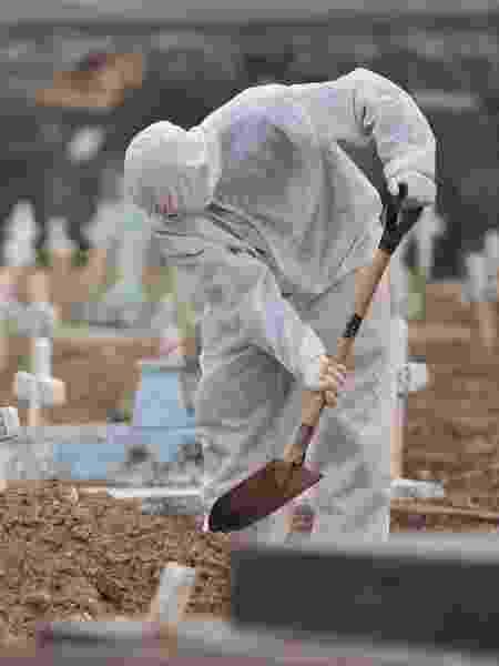 28.mai.2020 - Enterro de vítimas de coronavírus no Cemitério do Cajú (São Francisco Xavier) no Rio de Janeiro - SAULO ANGELO/FUTURA PRESS/ESTADÃO CONTEÚDO