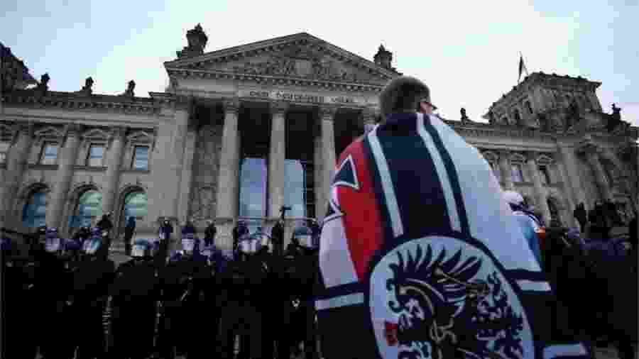 Como disseminar simbologia nazista (suásticas, por exemplo) é um crime na Alemanhça, grupos extremistas utilizam outras imagens, como a bandeira do antigo império - EPA