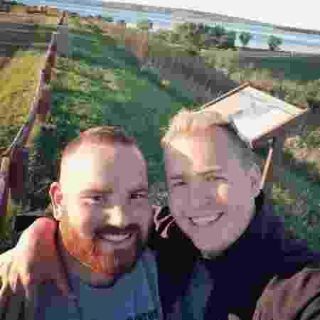 Robby (à esq.) fez o pedido de casamento ao namorado Eric (à dir.) - Eric Vander-Lee/Reprodução/MetroUK - Eric Vander-Lee/Reprodução/MetroUK