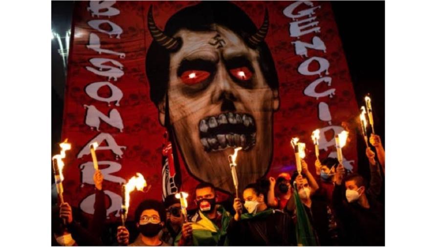 Imagem de Bolsonaro caracterizado como vampiro em protesto do dia 3 de julho deste ano, em São Paulo - Bruno Santos/Folhapress