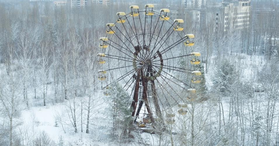 """6.ago.2015 - David De Rueda pretendia fotografar a roda gigante da cidade abandonada de Pripyat, próximo a Chernobyl de madeira diferente. Por sorte, estava nevando quando foram ao local e o fotógrafo conseguiu capturar a foto """"que estava esperando"""""""