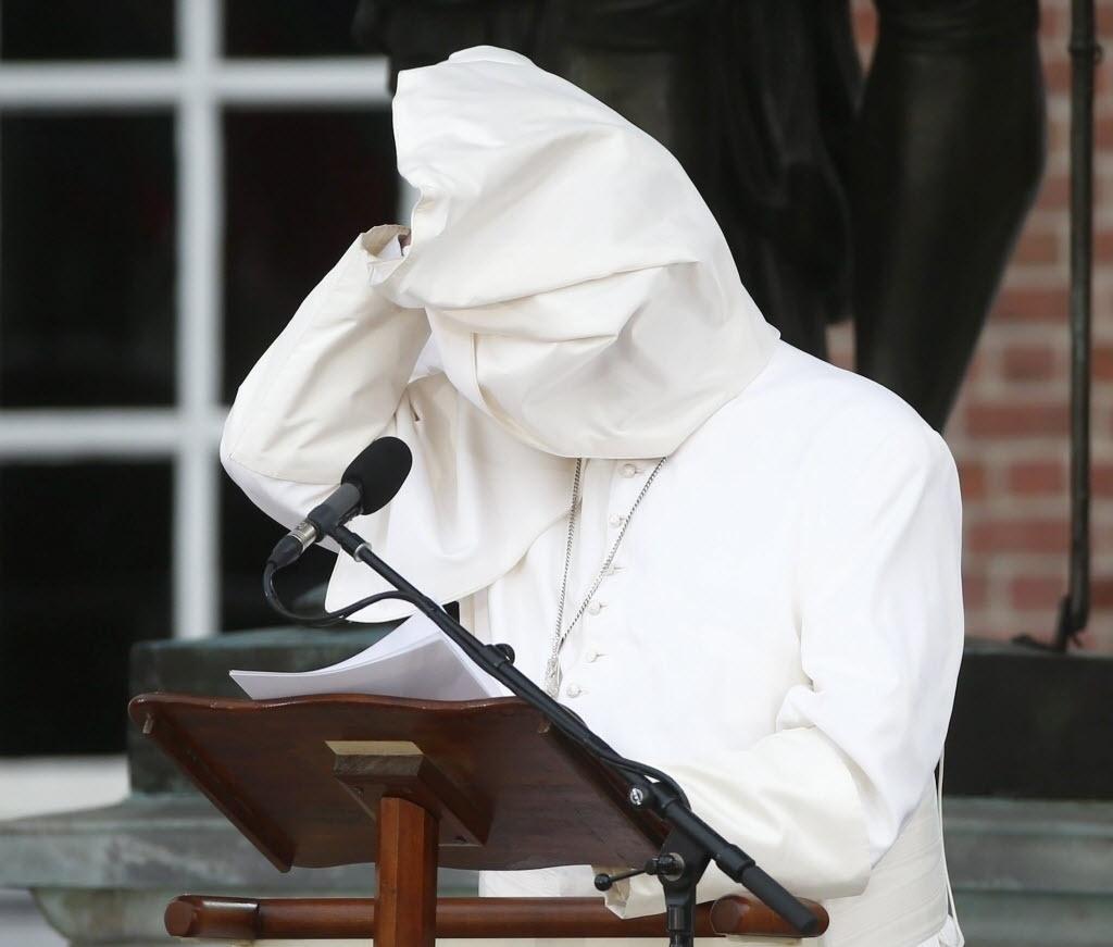 26.set.2015 ? As vestes do papa Francisco voaram e atrapalharam o discurso do pontífice sobre o tema ?Consideramos estas verdades?, em referência a uma citação da Declaração de Independência dos Estados Unidos, em frente ao Independence Hall na Filadélfia, EUA