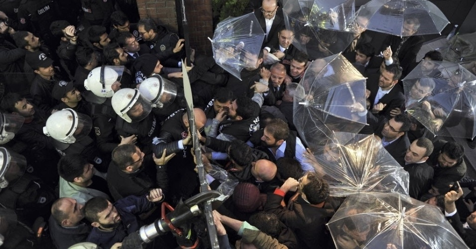 28.out.2015 - Polícia turca entra em confronto com apoiadores e funcionários dos canais Bugün TV e Kanaltürk, em Istambul. Policiais dispararam gás lacrimogêneo e canhões de água contra os manifestantes. A polícia assumiu o controle dos canais ligados à oposição e provocou uma nova onda de críticas à guinada autoritária do presidente, Recep Tayyip Erdogan