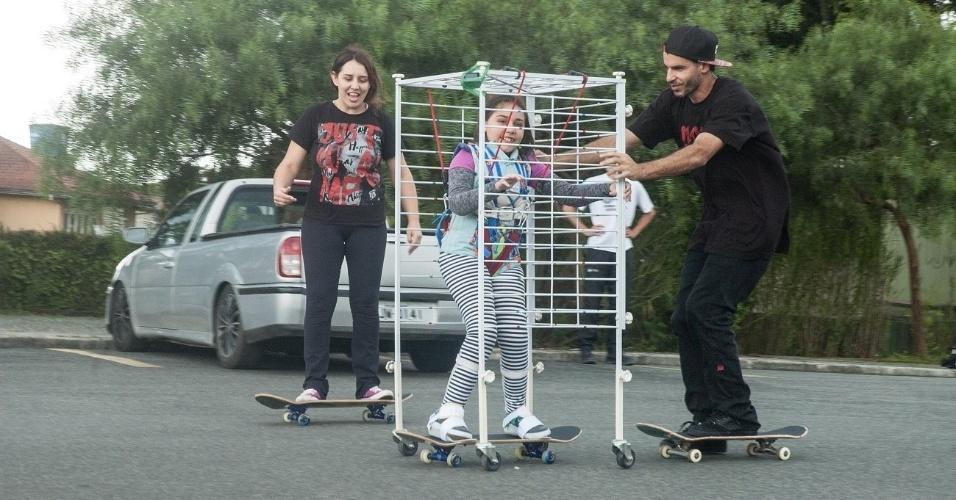 5.nov.2016 - Pais adaptam skate para que filha com atrofia ande com eles