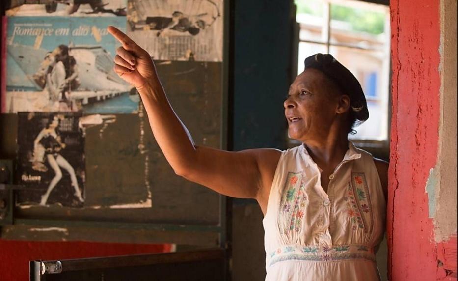 13.nov.2015 - A moradora Iria Cesaria Martins, do distrito de Antonio Pereira, diz que está com tudo pronto para fugir se a barragem estourar; moradores estão preocupados com a proximidade de duas barragens de mineração, uma da Vale e outra da Samarco (Germano)