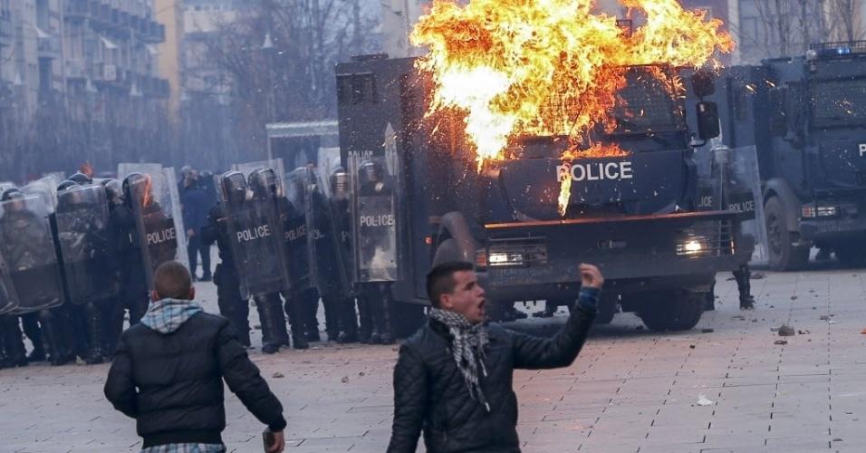 9.jan.2016 - Apoiadores do partido da oposição de Kosovo entram em conflito com a polícia em Pristina, capital do país. Os policiais usaram bombas de gás lacrimogênio para dispersar centenas de manifestantes que pediam a renúncia do governo. Os protestos ocorrem após a concretização de um acordo entre Kosovo e Sérvia