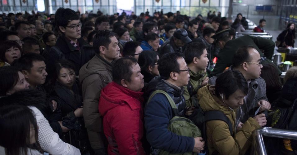 29.jan.2016 - Passageiros aguardam embarque nos trens para viagem de comemoração do Ano-Novo chinês. As festividades começam no dia 8 e fevereiro e geram o maior fluxo migratório do planeta, com 2.9 bilhões de desclocamentos.