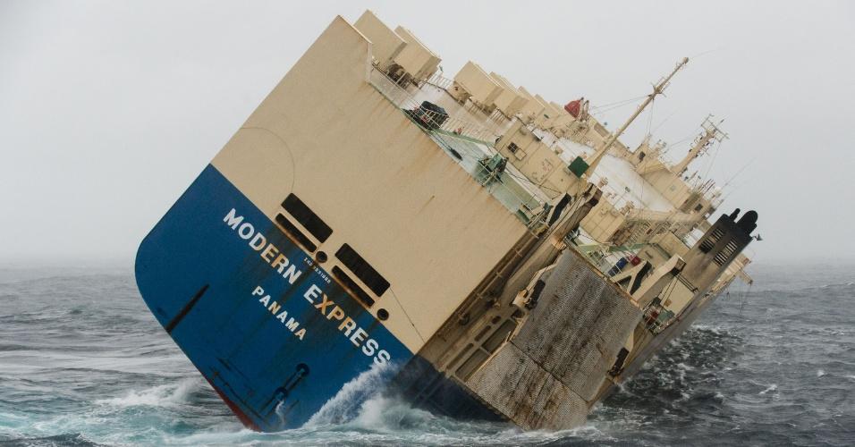 """30.jan.2016 - Cargueiro de bandeira panamenha """"Modern Express"""" está em rota de colisão com a costa da França. A embarcação começou a tombar no último dia 26, e todos os 22 tripulantes foram resgatados. Autoridades tentam rebocá-lo para evitar um desastre ambiental."""