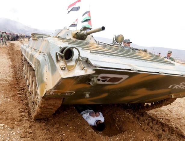 22.fev,2016 - Voluntários participam de treinamento militar conduzido pelo Exército sírio em al-Qatif, ao norte da capital Damasco. Cerca de 150 pessoas morreram em ataques a bomba nas cidades de Damasco e Homs, neste domingo (21). O Estado Islâmico assumiu a autoria de três ataques a bomba que mataram mais de 96 pessoas em um reduto xiita; em Homs, dois carros-bomba atingiram um distrito governamental e deixaram ao menos 59 mortos