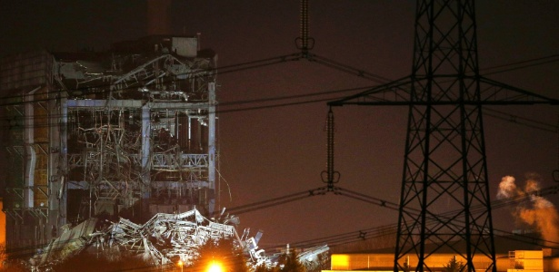 Parte de usina termelétrica abandonada que desabou no sul da Inglaterra - Peter Nicholls/Reuters