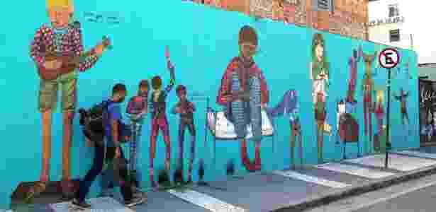 23.fev.2016 - Grafite da artista Luna Buschi na zona portuária do Rio de Janeiro - Júlio César Guimarães/UOL - Júlio César Guimarães/UOL