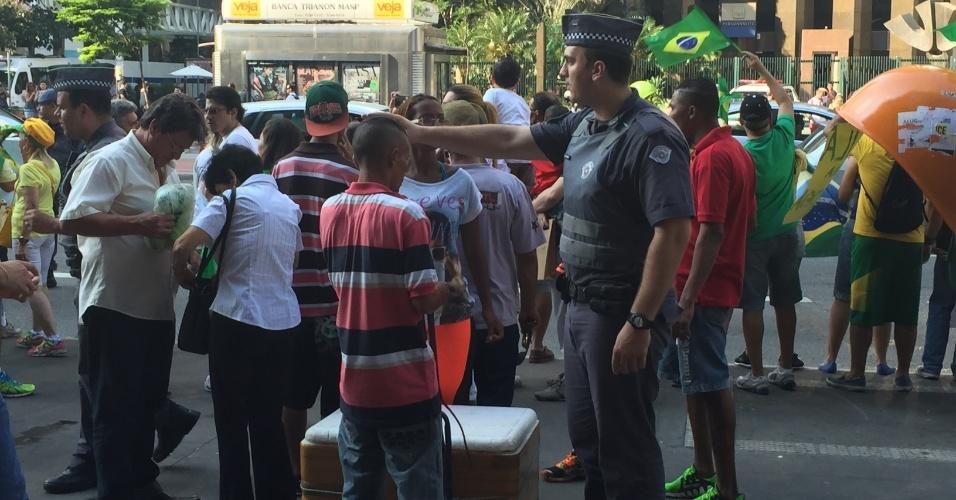 Polícia expulsa vendedores ambulantes que aproveitam as manifestações na avenida Paulista para vender água, refrigerantes e cerveja